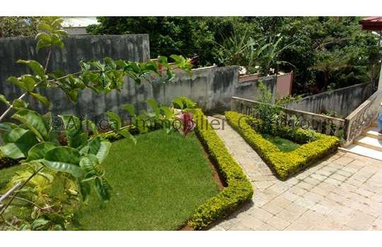 Appartement 2 chambres yaounde golf for Entretien jardin locataire